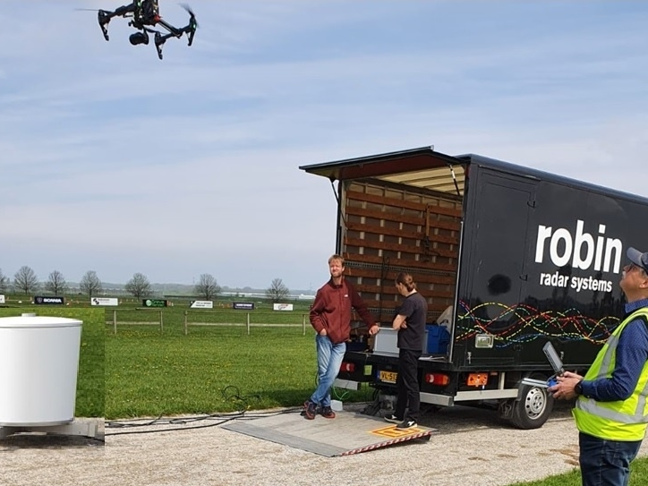 Opleveringscontrole van drie professionele radarsystemen met behulp van een drone
