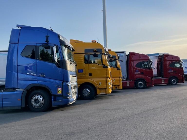 Vrachtwagens rijden in 'treintje', test met platooning goed verlopen