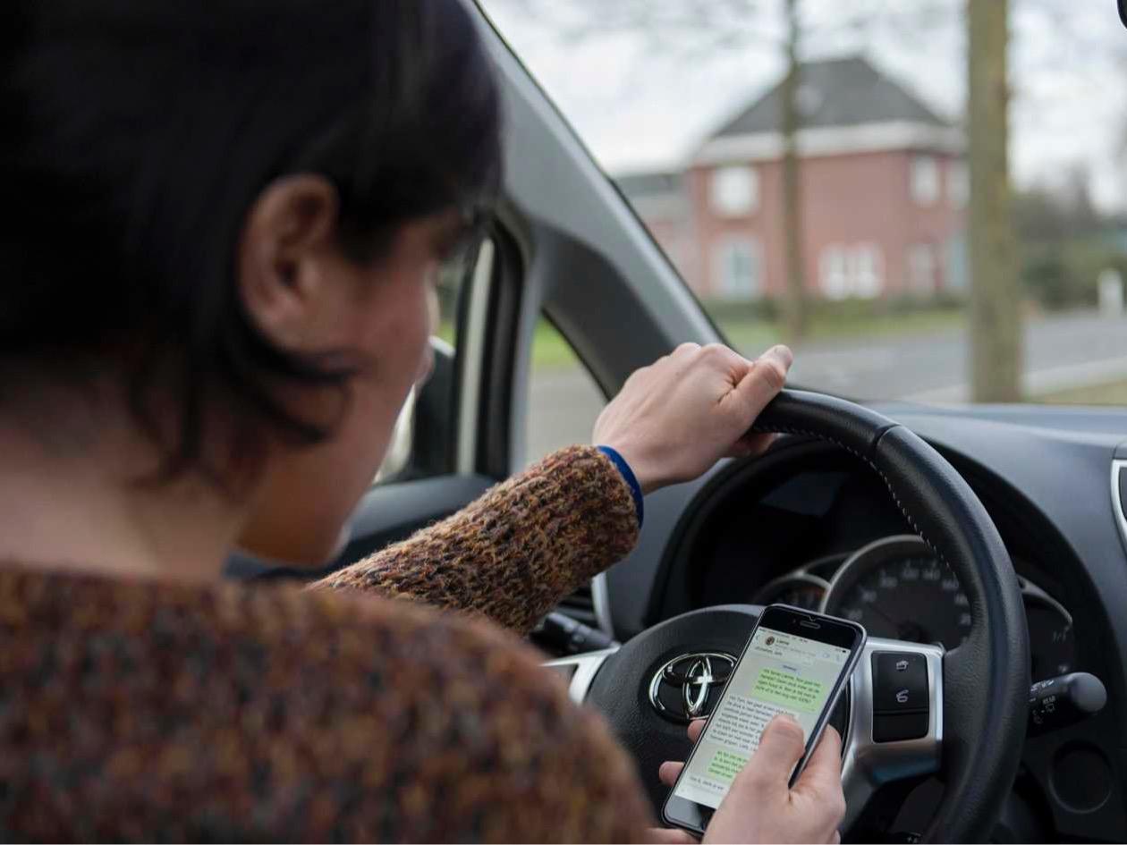 Politie gebruikt nieuwe 'slimme camera' tegen appen achter stuur