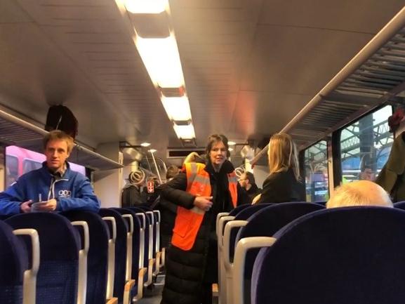 Zelfrijdende trein voor het eerst mét passagiers: 'Hij rijdt gewoon' (update)