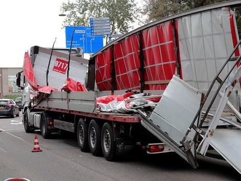 Vrachtwagen verwoest onder berucht viaduct aan de Hertog Janstraat Waalwijk