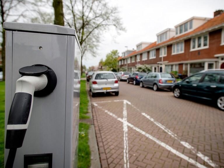 'Tempo plaatsing laadpalen elektrische auto's moet omhoog'