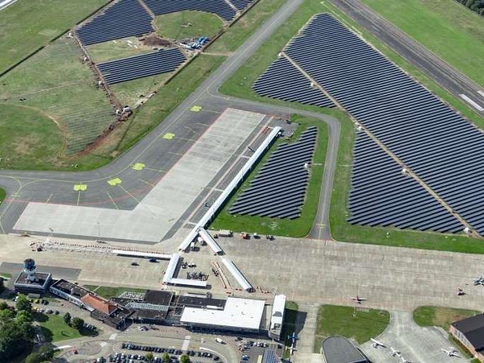 Eerste grote zonnepark op actieve luchthaven geopend