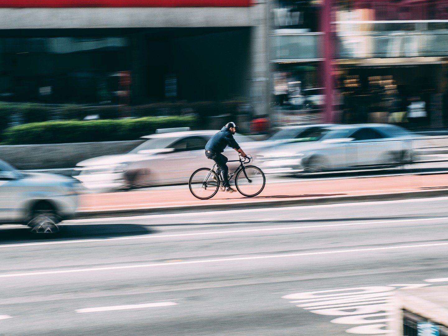 A real-time signal from bicycles can reduce the number of serious accidents with cars