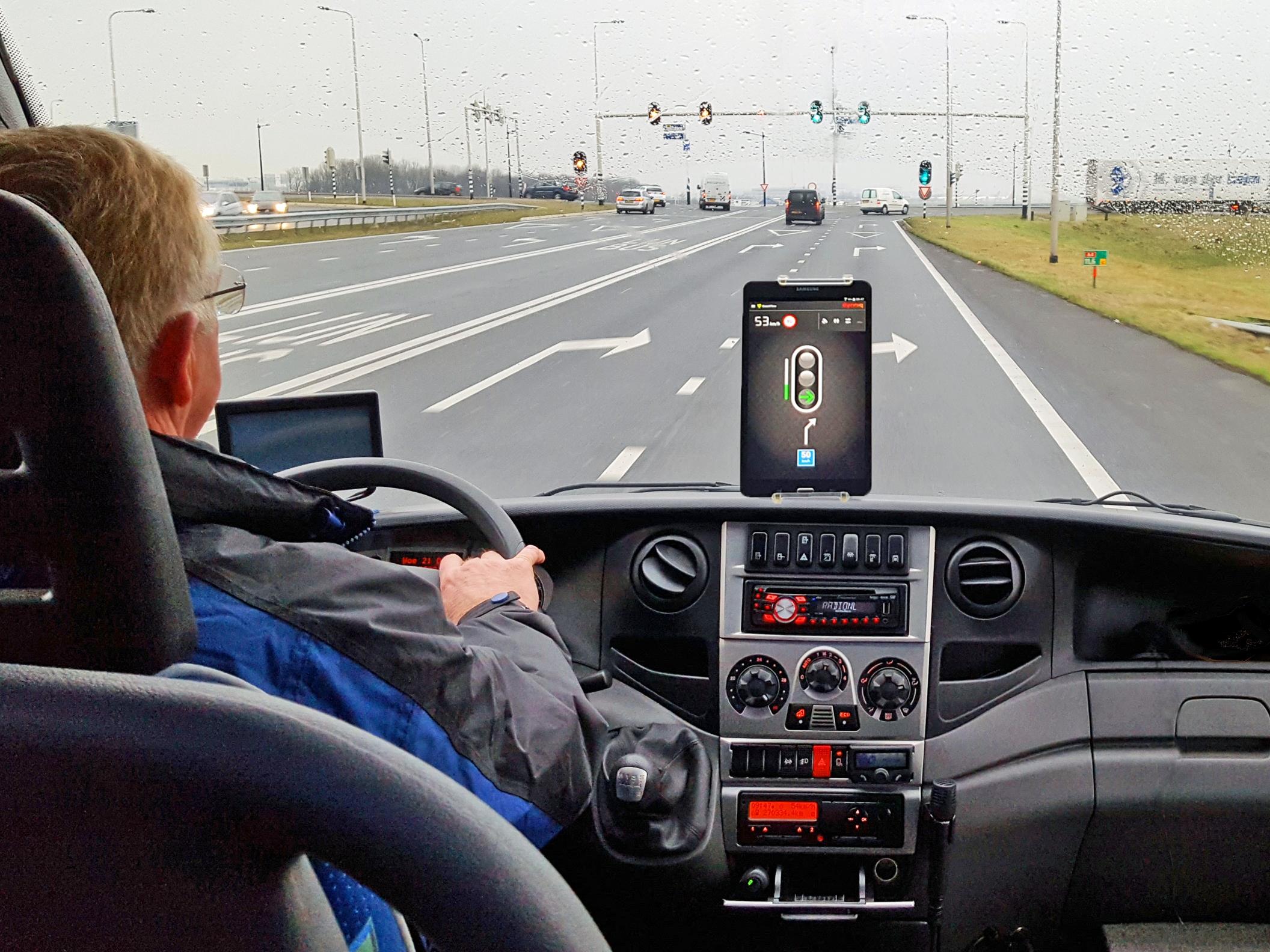 Slimme verkeerslichten leiden vrachtwagens soepel over randwegen Tilburg