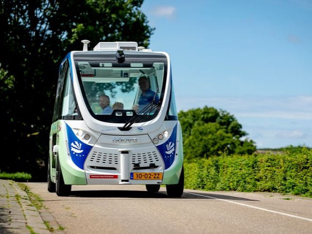 Experiment met zelfrijdend busje op Marineterrein Kattenburg