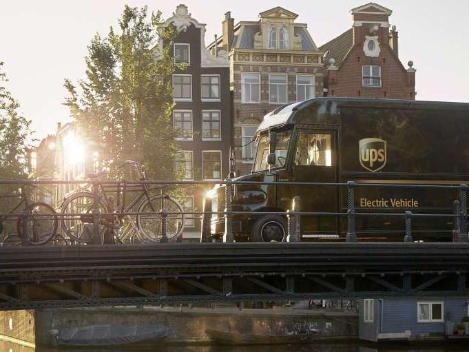 Hoogleraar Maarten Steinbuch voorspelt een snelle verschuiving naar elektrisch rijden