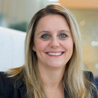 """Nancy Kabalt is een van de pioniers in de transitie naar duurzame mobiliteit. Met haar learning by doing mentaliteit stond ze aan het hoofd van diverse energiebedrijven. Sinds 2013 adviseert ze voornamelijk vanuit haar eigen bedrijf Windkracht 5. Ze is een voorstander van grote innovaties en verheugt zich dan ook op groene game changers.      Toen Nancy in 2008 samen met oud-minister president Ruud Lubbers in Den Bosch de eerste Nederlandse laadpaal opende, was ze al overtuigd van elektrisch rijden. Nancy: """"Er reden in die tijd nog maar zo'n 15 omgebouwde elektrische auto's rond, maar ik wist, en hoopte nog meer, dat dit de toekomst van ons vervoer worden. In 2000 werd de Lissabon-strategie gelanceerd: 20% minder uitstoot, 20% nieuwe energiebronnen en 20% verbetering van de energie-efficiëntie. Dat leek me een eitje, maar vooral ook noodzaak.  lees haar hele bio hier: https://dutchmobilityinnovations.com/spaces/1179/challenges/articles/elektrisch-rijden-challenge-najaar-2021/42810/de-wind-eronder-met-jurylid-nancy-kabalt"""