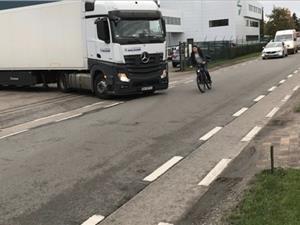 Foutief geparkeerde vrachtwagens veroorzaken levensgevaarlijke situaties en geluidsoverlast in Eigenlostraat